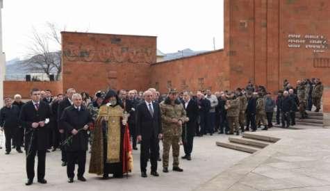 В связи с 32-й годовщиной сумгаитских погромов Президент Саакян посетил мемориальный комплекс г.Степанакерта